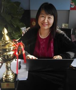 Zhimin Cui avec son prix, janvier 2016, Pékin, Chine