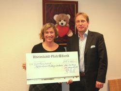 Rüdiger Rath und Diana Stein bei der Spendenübergabe