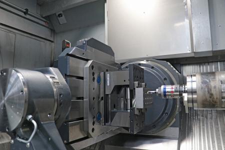 Der neue Feinspindelkopf KOMflex von CERATIZIT nutzt die Funktechnik eines BLUM-Messtasters (Funkschnittstelle RC66 links oben im Bild) zur intelligenten Bohrungsfertigung mit Selbstkorrektur (Schneidenkompensation). Er bietet sich zur automatisierten Bearbeitung von Lagersitzen und hochpräzisen Zylinderbohrungen an