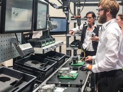 Kundengespräch auf der Fachmesse für Produktions- und Montage-automatisierung Motek.