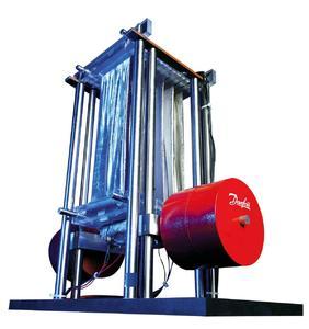 """Obgleich es nicht wirklich """"mikro"""" ist – der 40 Zentimeter hohe """"Gewichtheber"""", angetrieben von 160 Gramm elektroaktivem Polymer-Material, beeindruckt durch Leistung"""