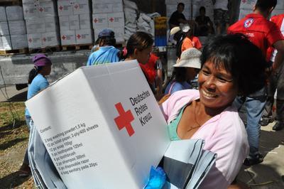 22.000 Euro Spende der WBS Training AG für die Opfer des Taifuns auf den Philippinen Foto: Jörg Fischer/DRK