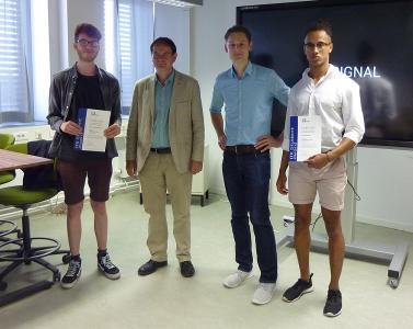 Tom Aponsah (Student), Prof. Dr. Thomas Baar, Sebastian Gundlach (ITK), Kilian Sanchez Holguin (Student) bei der ITK Student Award Verleihung an der HTW Berlin.  Foto: ITK Engineering GmbH