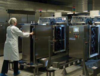 Der Tablett-Transportwagen Ice (TTW Ice) wird in die Befüllstation eingeschoben. Die Befüllung mit frischem Flüssig-Eis erfolgt automatisch und dauert nur 4 Minuten – sofort sind die Wagen wieder einsatzbereit.