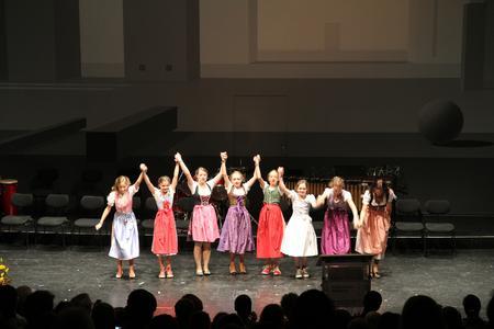 Die Tanzgruppe vom Obermenzinger Gymnasium brachte Oktoberfest-Stimmung in den Saal