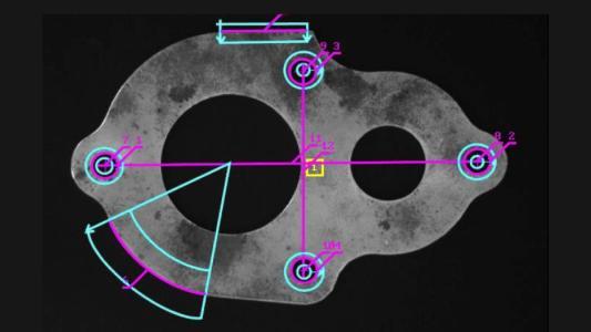 Das hochpräzise Metrology-Modul der MIL erlaubt neben einer subpixel-genauen Kantenextraxtion im Bild auch das Messen und Konstruieren beliebiger Features. An diesem 2D-Objekt sind die Segmente, Kreise und Bögen gemessen, die Mittelpunkte, Abstände, Winkel und die Parallelität konstruiert.