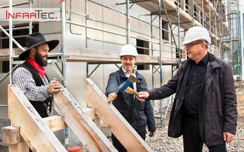 The Managing Directors Dr. Matthias Krauß (right) and Dr. Matthias Heinze (middle) symbolically strike the last nail at the topping-out ceremony