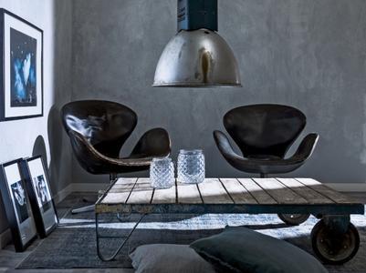 Mit der Kalkglättetechnik Calcino Romantico lassen sich Wände sowohl in puristische Betonoptik als auch in klassische Travertinoberflächen verwandeln (Foto: Caparol Farben Lacke Bautenschutz)