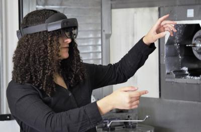 Klärung von Fragen oder Problemen an Maschinen mit Hilfe der Augmented-Reality-Technik in der Kundenberatung. Bildquelle: Hufschmied Zerspanungssysteme