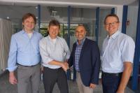 Stefan Haertel, CEO bei Elatec (2. v. r.) begrüßt Klaus Finkenzeller, (2. v. l.) als Innovationsmanager und neues Mitglied in der Managementriege. Mit auf dem Bild: Christian Rötzer, Leiter Entwicklung bei Elatec (1. v. l.) und Andreas Johne, Leiter Produktmanagement bei Elatec (1. v. r.) (Bild: Elatec)