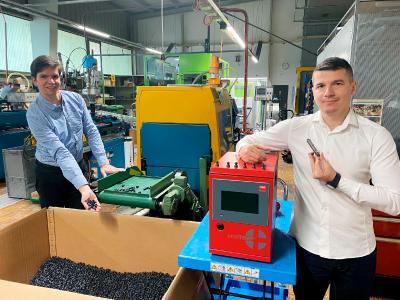 Produktion der Schlauchelemente maxiflex® - Jörg Bruder (links) und Memo Ljatifi (rechts)