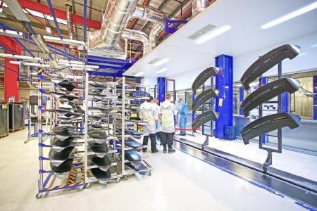Die Reinigung lässt sich einfach in die Lackierlinie integrieren und auch über ein Produktionsleitsystem steuern