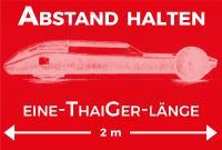 """Hochschulinterne Beschilderung: Der Wasserstoff-Rennwagen """"ThaiGer"""" gilt als Abstandsmaß. Gestaltung: Claudia Rahn, Hochschule Stralsund"""