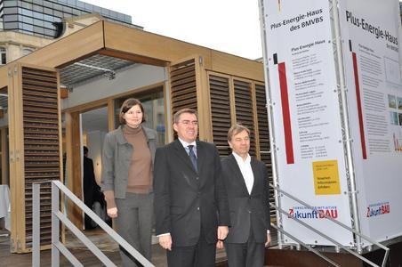 Stolz, das Plus-Energie-Haus in Frankfurt eröffnen zu können (von links): Manuela Rottmann, Umweltdezernentin der Stadt Frankfurt, Jan Mücke, Parlamentarischer Staatssekretär im Bundesbauministerium, sowie Architekt Professor Manfred Hegger