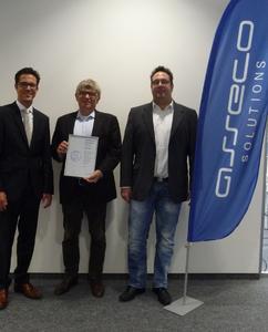 """Thomas Stiegler, CFO (Mitte) und Achim Holzner, Head of Finance & Accounting DACH (rechts) der Asseco Solutions haben das """"CrefoZert"""" von Axel Bitzer, Teamleitung Forderungsmanagement bei Creditreform entgegengenommen"""