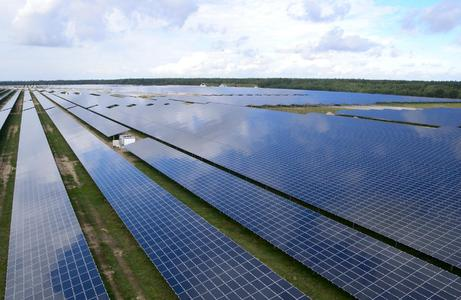 The solar power plant in Alt Daber near Wittstock was constructed on the site of a former Soviet airforce base. The decentral power plant covers an area equivalent to over 162 football pitches and provides up to 19,000 four-person households with solar power