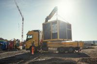 Verkürzte Transportzeiten und schnelle Installation: Die Smart.Energy.Box muss nur abgeladen werden, bevor sie in Betrieb genommen werden kann