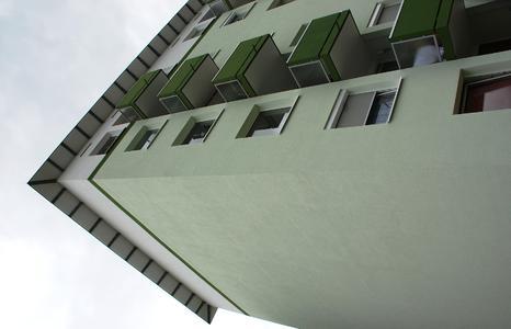 Je zwei Gebäude sind in harmonisch abgestuften Cognac-, Grün- und Blautönen gehalten