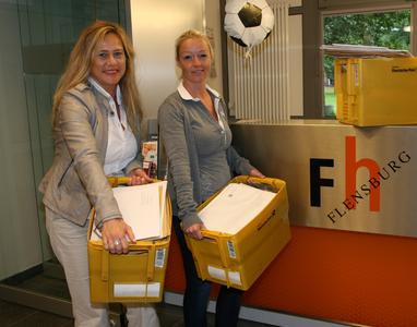 Sylvia Rußbüldt und Maraike Mull vom Studierendenservice der FH Flensburg erhalten täglich Postkörbe mit Bewerbungen für einen Studienplatz / Fotograf: Torsten Haase