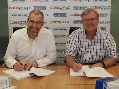 WITRON wird für die australische Supermarktkette Coles bis 2023 zwei automatisierte Logistikzentren realisieren: Coles-CEO Steven Cain (rechts) und WITRON-Geschäftsführer Helmut Prieschenk unterzeichneten die Verträge. Bild: Coles.
