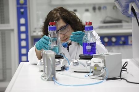 Experimentelle Untersuchungen an einem Redox-Flow-System (im Bild zu sehen: Dr. Lidiya Komsiyska, Wissenschaftliche Mitarbeiterin bei NEXT ENERGY).
