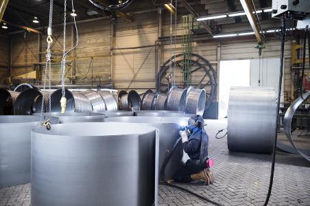 Schweißen von niedriglegiertem Stahl mit dem innovativen Schweißverfahren coldArc. Durch weniger Emissionen im Vergleich zum Kurzlichtbogen ist die Schweißrauchemission um bis zu 75 % reduziert.