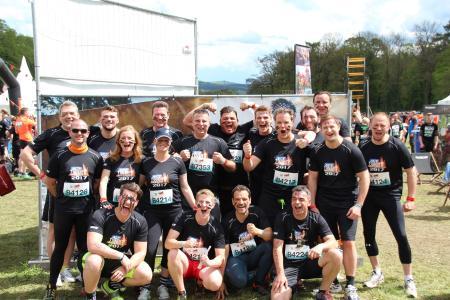 Das Team der ACE Stoßdämpfer GmbH vor dem Hindernisevent Tough Mudder …