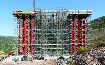 Die beiden Tragsysteme VARIOKIT Schwerlastturm und PERI UP Rosett Flex wurden exakt auf die statischen und geometrischen Anforderungen abgestimmt, Foto: PERI GmbH