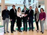 Übergabe des RECRUITING-EXCELLENCE Awards an Mitarbeiter der AOK – Die Gesundheitskasse in Hessen / von R. Matthias Olten (Leitung Auditierung/Zertifizierung Jobware GmbH), 5. v. l.