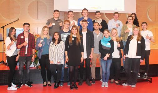 Projektkoordinatorin Dilek Tarhan (vorne Mitte) mit Ausbil-dungsbotschaftern aus dem Kammerbezirk der IHK Heilbronn-Franken / Foto: IHK Heilbronn-Franken