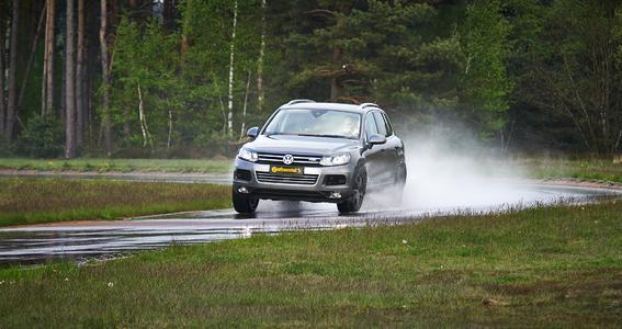 Sensibilisierung für ausreichend hohen Reifen-Luftdruck und genügend Restprofiltiefe steht auf der Reifenseite im Vordergrund