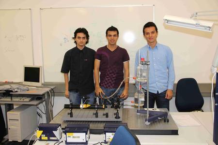 Kolumbianische Studenten mit ihrer Dozentin bei der Laborarbeit