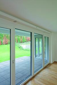 Bei Berücksichtigung im Planungsstadium sind die schlanken Schüco VentoTherm-Lüftungselemente völlig unauffällig in die innere Laibung integrierbar. Sie können aber auch problemlos im Rahmen von Fenstersanierungen nachgerüstet werden