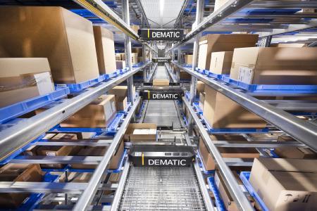 Dematic hat das neue Logistikzentrum des Schweizer Healthcare-Spezialisten IVF HARTMANN unter anderem mit einem dreigassigen Hochgeschwindigkeits-Multishuttle-System im Obergeschoss automatisiert. (Foto: Dematic / Knud Dobberke)