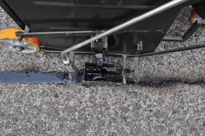 Der Kombikocher wird zum Aufschmelzen und Vergießen von bitumenhaltigen Heißvergussmassen verwendet.