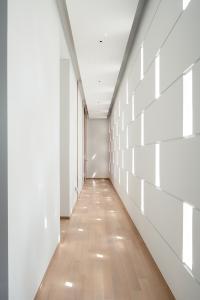 Die Perforationen der Straßenfassade dienen der Belichtung und Belüftung des Erschließungsflurs für die angrenzenden Gästeräume und -schlafzimmer. Bildnachweis: Khoo Guojie, Singapur