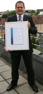 Joachim Astel, Vorstand der noris network AG, freut sich über das Zertifikat, mit dem das Unternehmen erneut ausgezeichnet wurde