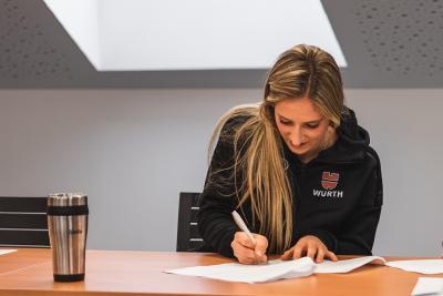 Weltcup-Biathletin Anna Weidel bei der Vertragsunterzeichnung.