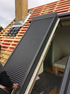 Der Rollladen wurde hier – anders als im Normalfall – nicht auf dem Rahmen, sondern direkt auf dem Flügel montiert / Foto: LiDEKO