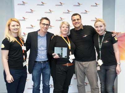 Freuten sich über die Auszeichnung einer gemeinsamen Erfolgsgeschichte (von links) : Aniko Bolyos (AB InBev), Fabrice Eveno (L.I.T.), Sabine Voß (L.I.T.), Rafael Pizzato (AB InBev), Aleksandra Kempinska (AB InBev). (Foto: AB InBev)