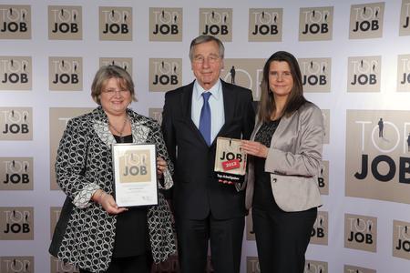 Bundesminister a.D. Wolfgang Clement übergibt TOP JOB-Gütesiegel an die HR-Managerinnen Silke Schäffner (links) und Stefanie Graeve (rechts) von OpenText