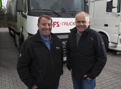 Fahrbereit für den Hilfskonvoi nach Rumänien: Fahrer Hermann Terborg am Steuer des Renault T von FS Trucks (links) und Heiner Meiners von Gertzen Krane und Transporte, der die Logistik des diesjährigen Transports betreut.