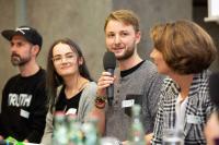 Celine Gerlica von Students for Future und Michael Nagel von Fridays for Future (Mitte) diskutieren unter anderem mit Regionsdezernentin Christine Karasch und Rapper Spax
