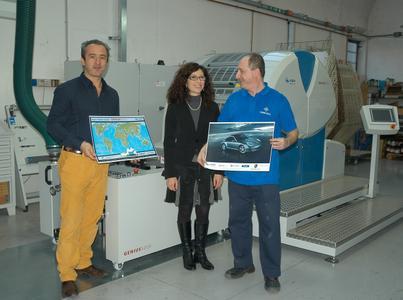 Erfolgreiche Italien-Premiere: Pubbliseri-Chef Andrea Baffi mit Manuela Pedrani (KBA-Italia) und Drucker vor der Genius 52UV (v.l.n.r)