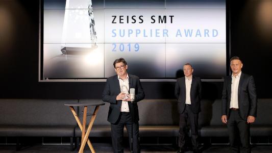 Bernd Krebs, Christoph Hauck und Karlheinz Nüßlein (v.l.n.r.) bei der virtuellen Übergabe des ZEISS Supplier Awards.
