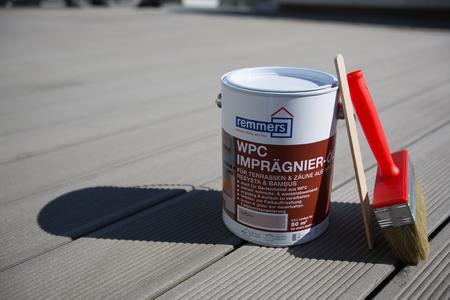 Auch WPC-Dielen sieht man nach einiger Zeit an, dass die Witterung ihre Spuren hinterlässt / Es empfiehlt sich ein alljährlicher Pflegeanstrich mit dem WPC-Imprägnier-Öl von Remmers / Bildquelle: Remmers Baustofftechnik, Löningen