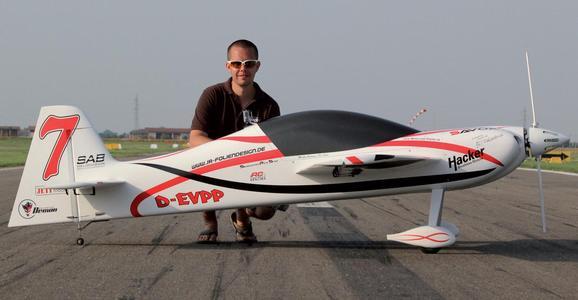 Das Modellflugzeug mit seinem Piloten Markus Rummer