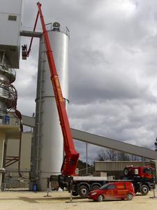 Ebenfalls von der PartnerLIFT Mietstation Hubert Müller Arbeitsbühnenverleih GmbH aus 87766 Memmingerberg wurde ein Einsatz an einem Silo gefahren, der nur mit einer Wumag LKW-Arbeitsbühne mit 70m Arbeitshöhe dank Korbarm und großer Reichweite möglich war
