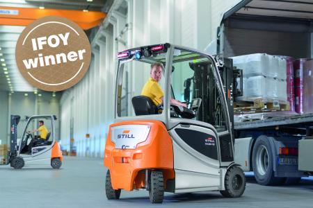 """In der Kategorie """"Counter Balanced Truck"""" beim diesjährigen International Intralogistics and Forklift Truck of the Year (IFOY) Award setzte sich der neue STILL Elektrostapler RX 20 durch, Foto: STILL GmbH"""