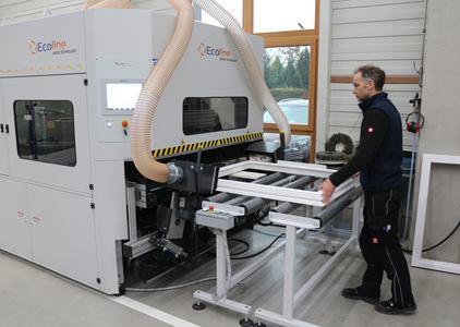 Mit dem Schleif- und Bürstenautomat von Ecoline können profilierte Bauteile und Rahmengeometrien bis max. 1600 mm Breite und beliebiger Länge bearbeitet werden. Bild: Remmers Baustofftechnik, Löningen